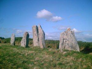 origine des mégalithes (partie 1) 56-allignement-de-kerhellegan-menhir-du-vieux-moulin-plouharnel-300x224